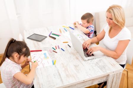 madre soltera: Mamá que trabaja en casa