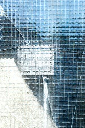 seguridad industrial: Una ventana de seguridad industrial roto. Foto de archivo