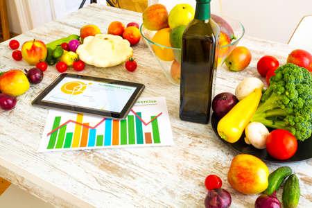 nutrici�n: Una alimentaci�n saludable y la tableta Foto de archivo