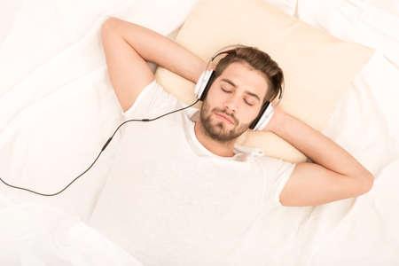 audifonos: Escuchar música en la cama