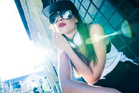 rapero: Un joven de Hip Hop Rapper chica hermosa con los auriculares en un entorno urbano. Foto de archivo