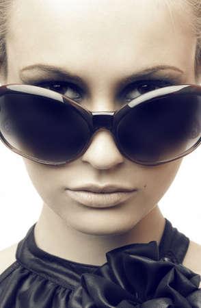 sole occhiali: Woman in occhiali da sole. Moda ritratto