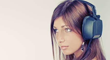 listening to music: Beautiful young woman escuchar m�sica y mirar lejos
