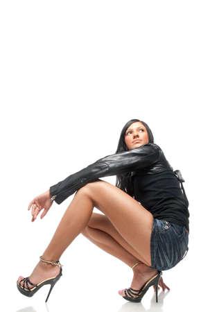 falda corta: Morena joven posando en falda corta. Aislado sobre fondo blanco Foto de archivo