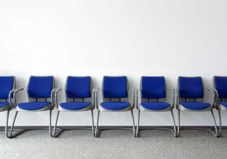 Blaue Stühle in normale leere Wartesaal
