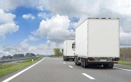 HDR-Bild von zwei Lastwagen in Transport-route