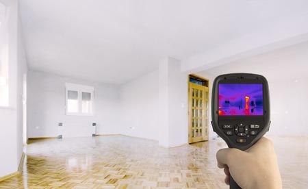 Wärmeverlust Erkennung des Hauses mit Infrarot-Wärmebildkamera Standard-Bild