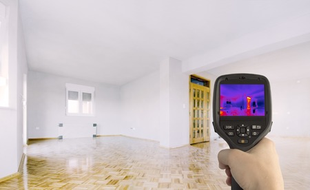 Wärmeverlust Erkennung des Hauses mit Infrarot-Wärmebildkamera Lizenzfreie Bilder