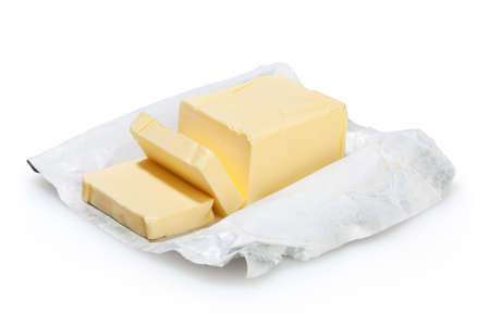 mantequilla: Mantequilla aislada en el fondo blanco con trazado de recorte