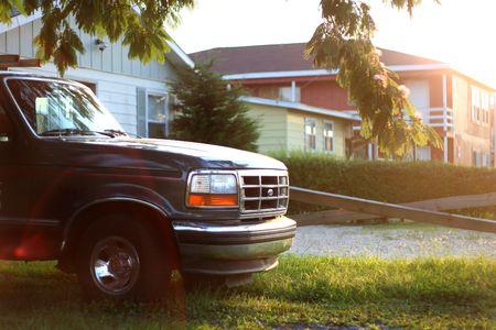 pickup truck: Camioneta en el camino en frente de una casa suburbana  Foto de archivo