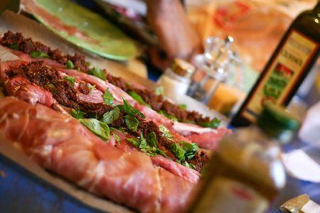 brilliant colors: Preparaci�n de bonito fresco pedazo de carne cruda con albahaca, aceite y tomate marinado. Restringir la profundidad de campo con colores brillantes