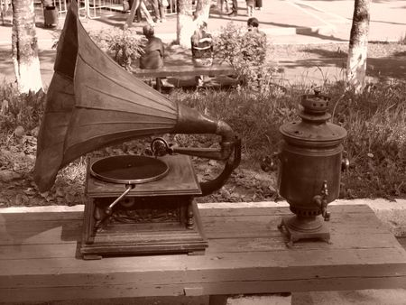 nostalgy: gramophone and samovar in the park Stock Photo