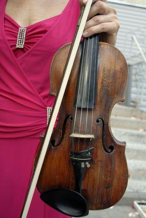 fiddlestick: fiddlestick y viol�n en una mano femenina
