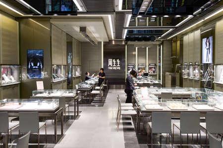 tienda de ropa: HONG KONG - JUNIO 01, 2015: Interior del almac�n de joyer�a. En Hong Kong, una amplia selecci�n de tiendas de ropa, tiendas de la marca de dise�o, restaurantes, espect�culos y exposiciones diarias