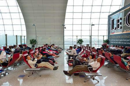 gente durmiendo: DUBAI, UAE - 23 de junio, 2015: Interior del aeropuerto. El aeropuerto internacional de Dubai es un gran aeropuerto internacional, ubicado en Dubai, y es el aeropuerto más ocupado del mundo por tráfico de pasajeros internacionales. Editorial