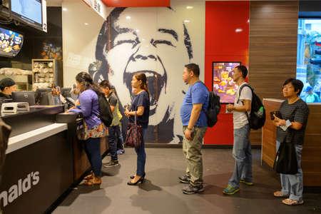 comida rapida: HONG KONG - 25 de octubre de 2015: Interior del restaurante McDonald. McDonalds vende principalmente hamburguesas, hamburguesas, pollo, patatas fritas, productos para el desayuno, refrescos, batidos y postres Editorial