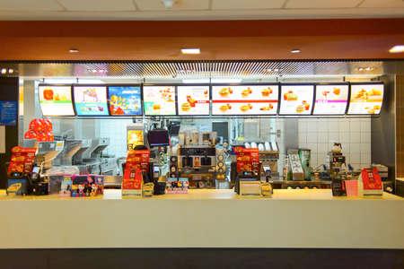 contadores: Shenzhen, China - 25 de mayo, 2015: interior del restaurante McDonald. McDonald es la mayor cadena mundial de restaurantes de comida r�pida de hamburguesas, fundada en los Estados Unidos.