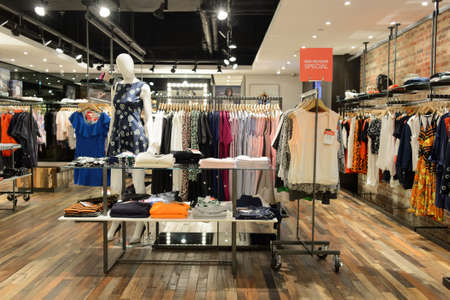 tienda de ropa: HONG KONG - 05 de mayo de 2015: Hong Kong el interior del centro comercial. centros comerciales de Hong Kong son algunos de los más grandes y más impresionantes en el mundo