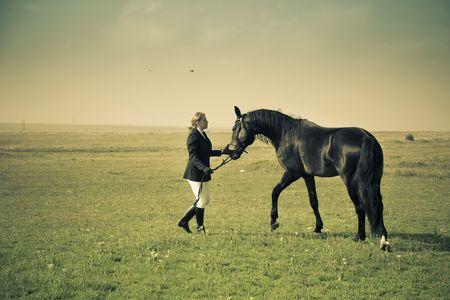 springpaard: paardrijdster treinen het paard  splitsing vintage afgezwakt Stockfoto