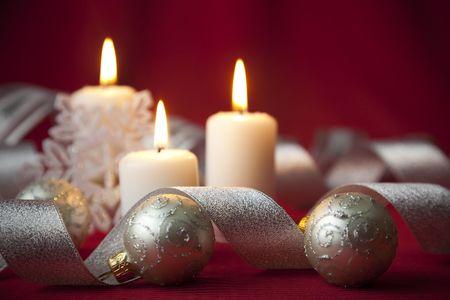 luz de velas: Decoraci�n de Navidad con velas y cintas  rojo y plata  Foto de archivo