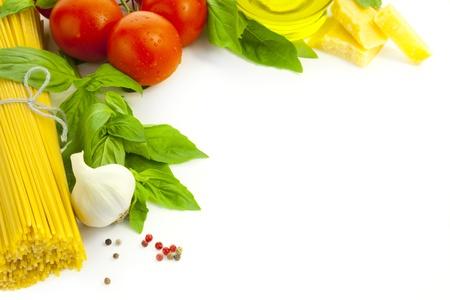 basilic: Ingr�dients pour la cuisine italienne  composition du cadre  isol� sur fond blanc