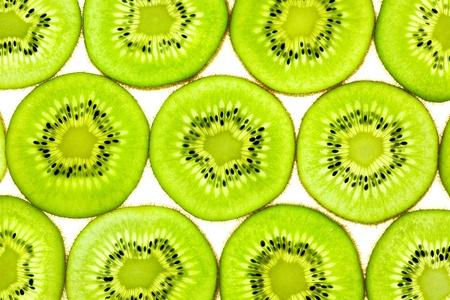 kiwi fruta: Slises de kiwi fresco  de fondo plano