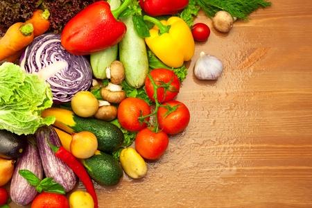 product healthy: Composizione di verdure fresche biologiche  con gocce d'acqua  sulla scrivania in legno
