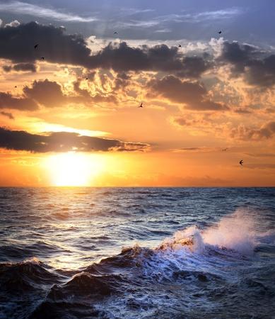 Stürmisches Meer mit Sonnenuntergang, Wolken und Vögel  schönes Wetter