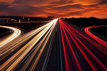 trừu tượng: Tốc độ giao thông - những con đường mòn ánh sáng trên đường cao tốc quốc lộ vào ban đêm, tiếp xúc lâu dài trừu tượng nền đô thị