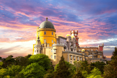 castillos: Hada Palacio contra el cielo del atardecer - Panorama de Palacio Nacional da Pena en Sintra, Portugal, Europa - horizontal