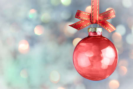 kerst interieur: Christmas Decoration - Mooie magische bokeh met rode snuisterij en boog op lichte achtergrond Stockfoto