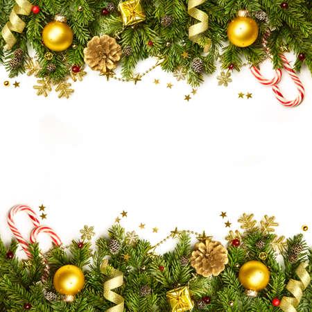 estrellas de navidad: Ramas de �rbol de Navidad con adornos de oro, estrellas, copos de nieve - frontera aislado en blanco - horizontal