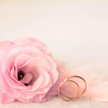 Weinlese Sile Hochzeit Hintergrund mit goldenen Ringen und schöne Blume