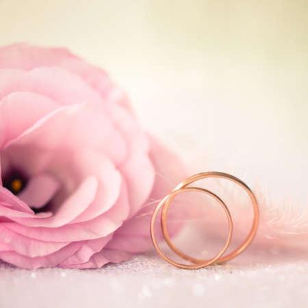 argollas matrimonio: Fondo del amor de boda con anillos de oro y hermosa flor - macro