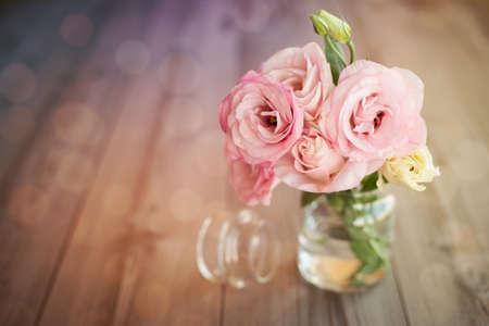 Colorful Stillleben mit Rosen in Glas-Vase mit Bokeh Hintergrund