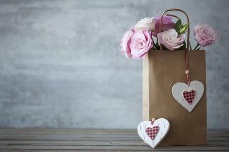 St. Valentines Day minimalistischen Hintergrund mit rosa Blumen und Herzen Standard-Bild