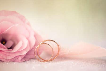 Hintergrund mit goldenen Ringen und schöne Rose Blume Standard-Bild