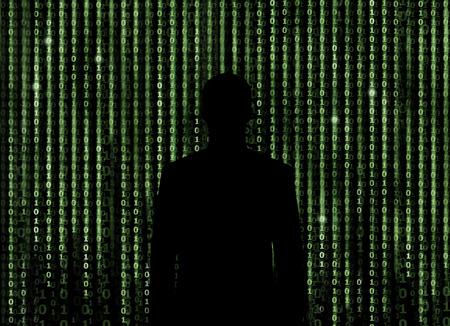 codigo binario: Silueta del hombre que mira a través del fondo de matriz digital
