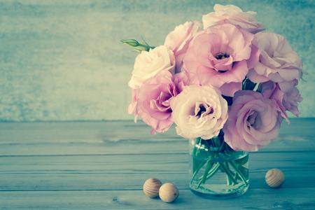 стиль жизни: Нежные цветы в стеклянной вазе с копией пространства - винтажный стиль натюрморт, тонированное
