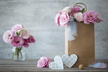 corazones azules: Fondo romántico Naturaleza muerta con rosas y corazones azules