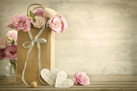 rosas rosadas: Fondo de la boda con rosas de color rosa arco y corazones de papel estilo vintage Foto de archivo