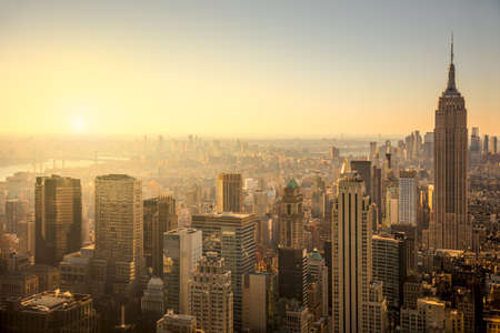 穏やかな日の出、有名なマンハッタン ビュー、米国で都市の高層ビル、ニューヨーク市のスカイライン