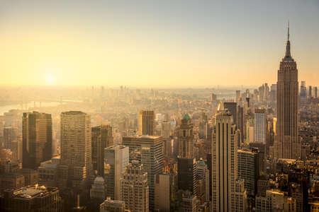 city: horizonte de la ciudad de Nueva York con los rascacielos urbanos en la salida del sol suave, famosa vista de Manhattan, EE.UU.