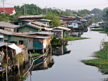 krottenwijk: Canalside krottenwijk in Bangkok Stockfoto