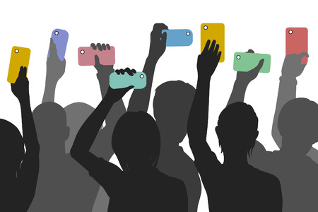 testigo: Siluetas vectoriales editables de personas que sostienen los tel�fonos inteligentes para grabar un incidente Vectores