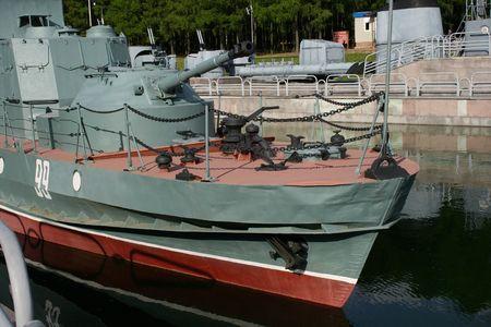 Un viejo barco de guerra de la Segunda Guerra Mundial estacionado en un parque  Foto de archivo - 2332416