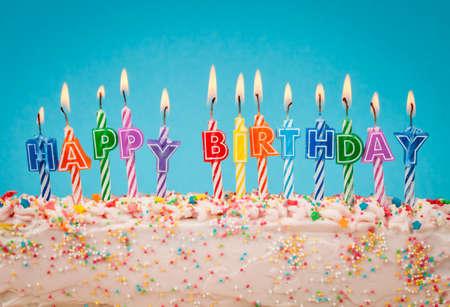 gateau anniversaire: bougies d'anniversaire heureux Banque d'images