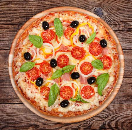 Smakelijke heerlijke pizza op de oude raad Stockfoto