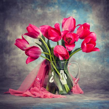 tulipan: Piękne tulipany w wazonie na stole. Zdjęcie Seryjne