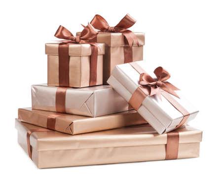 cajas navide�as: cajas con regalos y arcos marrones aislados en el fondo blanco